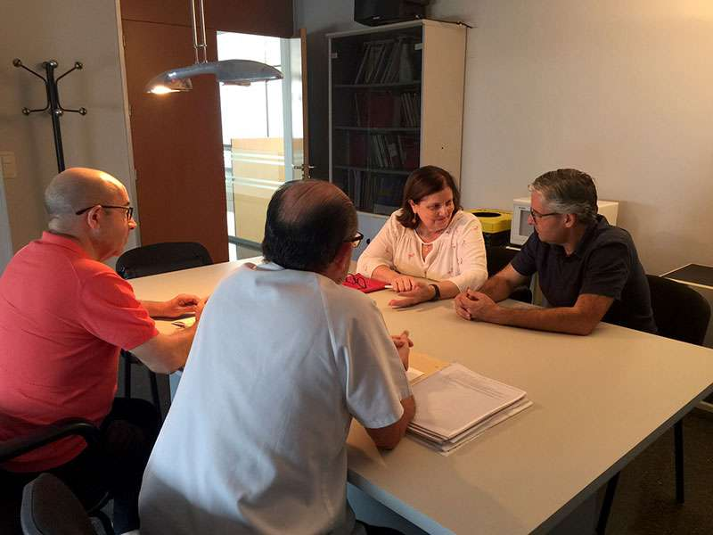 El concejal de Cultura, Voro Golfe, y las maestras del centro escolar fueron los encargados de trasladar la información necesaria para que las clases se inicien de una forma ordenada. EPDA