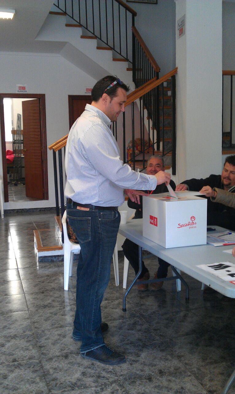 Juan Carlos Requena votando en la sede del partido. FOTO EPDA