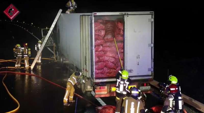 Bomberos de Alicante apagando el fuego del trailer / EPDA