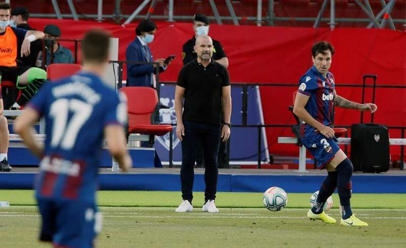 El entrenador del Levante, Paco López (c), da instrucciones a sus jugadores durante un partido. EFE