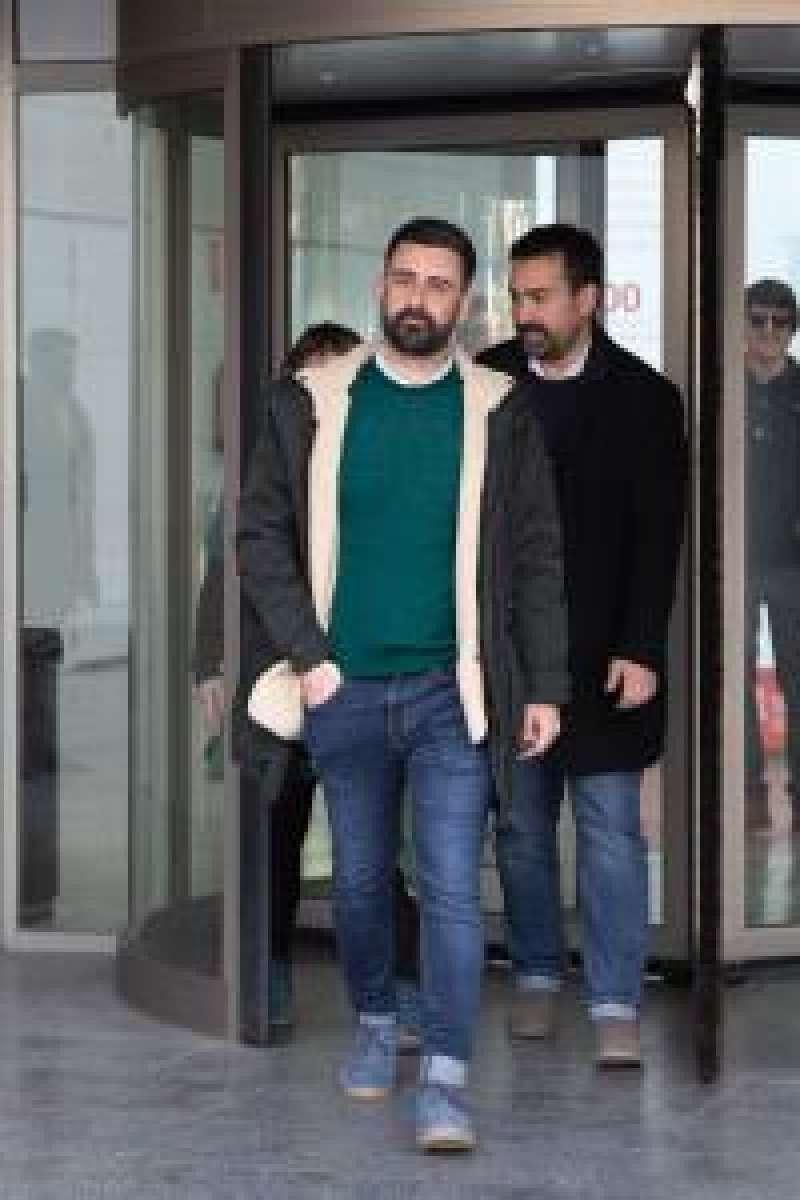 El concejal de Cultura Festiva de València, Pere Fuset (c), a su salida de la Ciudad de la Justicia en una foto de archivo. EFE