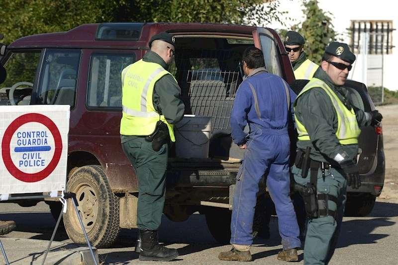 Efectivos del grupo ROCA de la Guardia Civil en una intervención. EFE