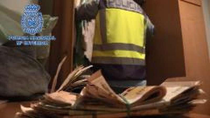 Foto con parte del dinero recuperado por la Policía Nacional