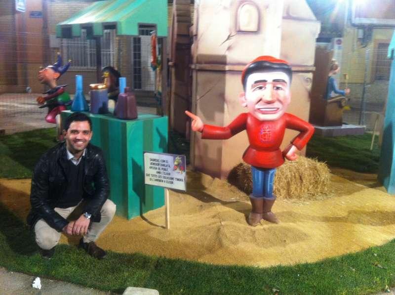 El alcalde de Paterna junto a un ninot de las fallas del año pasado. EPDA