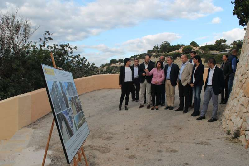 Instante de la visita del delegado de Gobierno en la Comunitat Valenciana, Juan Carlos Moragues, junto con el alcalde en funciones de Teulada Moraira, Raúl Llobell