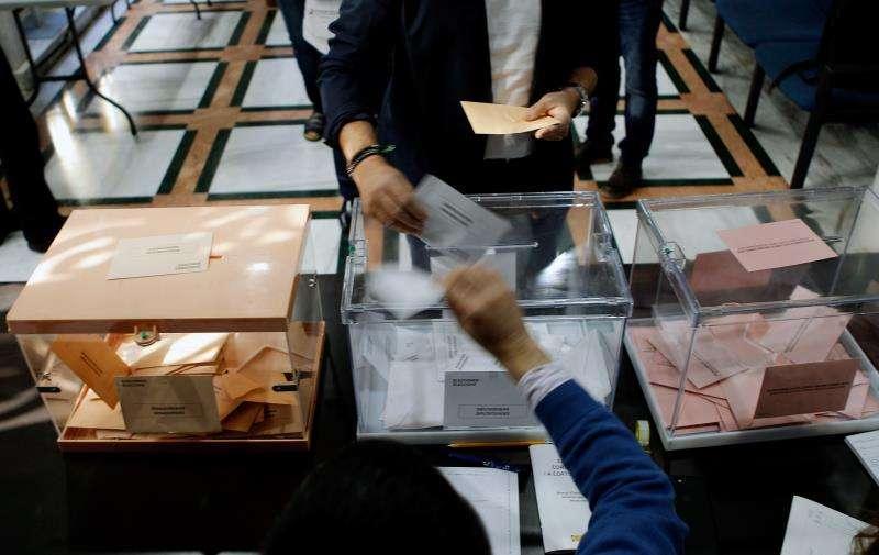En la imagen, votantes tras la apertura de colegios electorales a las 9 de la mañana en los pasados comicios. EFE/Archivo