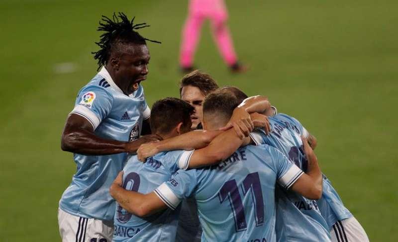 Los jugadores del Celta celebran el primer gol conseguido ante el Valencia CF. EFE