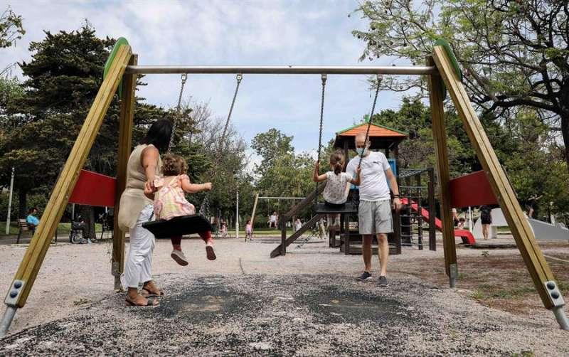 Varios niños juegan en un parque infantil. EFE/Ana Escobar/Archivo