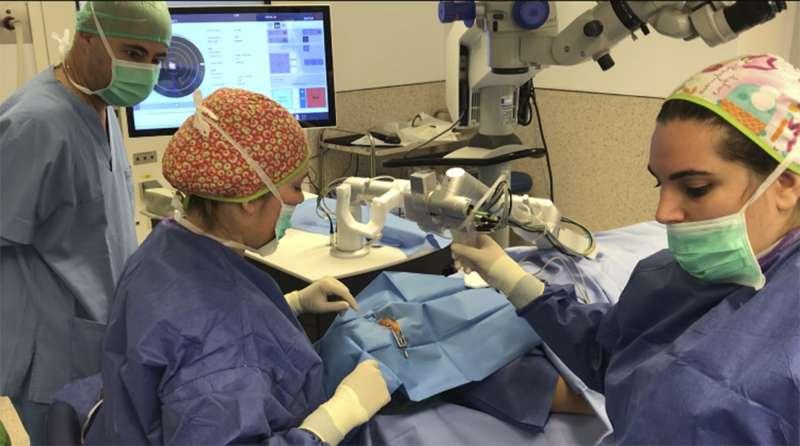 Cirugía oftalmológica en el Hospital de Manises. EPDA