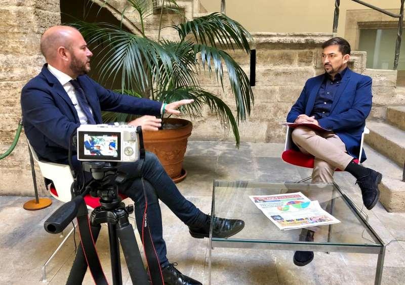 Un momento de la entrevista a Toni Gaspar en la propia Diputación de València. FOTO JORGE MARTÍNEZ