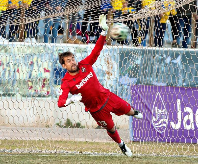 El portero del Levante Aitor Fernández detiene un penalti durante un partido. EFE/Archivo
