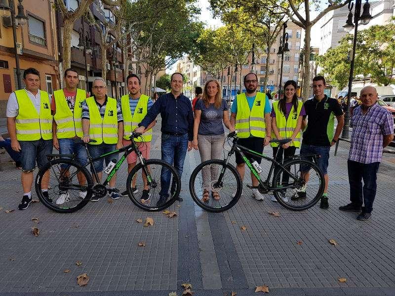 Alcalde y autoridades de Aldaia con las nuevas bicicletas y los Agentes Cívicos. EPDA
