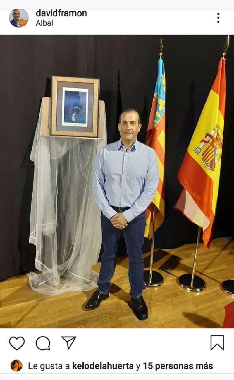 Imatge de David Ramón amb el retrat del Rei cap per avall