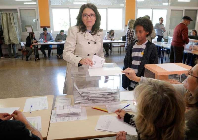 La vicepresidenta de la Generalitat Valenciana, Mónica Oltra, ejerce su derecho al voto su colegio electoral de en Riba-roja (València) . EFE/Kai Försterling