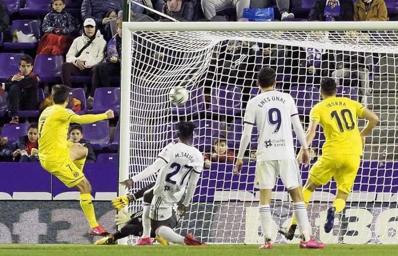 El delantero del Villarreal Gerard Moreno (i) marca un gol en un partido de Liga. EFE/Archivo