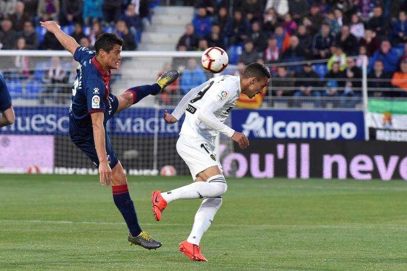 El defensa de la SD Huesca Martín Mantovani (i) lucha un balón ante el delantero del Valencia Rodrigo Moreno (d), durante el partido correspondiente a la jornada 36 de LaLiga Santander disputado en El Alcoraz, en Huesca. EFE