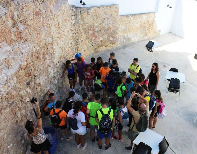 Els xiquets i xiquetes del Campus Multiesport visiten les prospeccions de la plaça del Castell