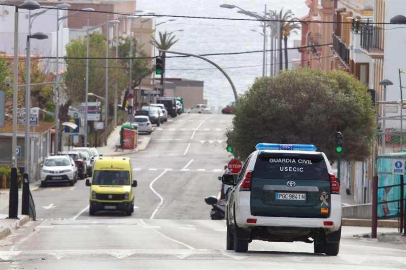 Imagen de archivo de un coche de la Guardia Civil de patrulla. EFE/A.Carrasco Ragel/Archivo