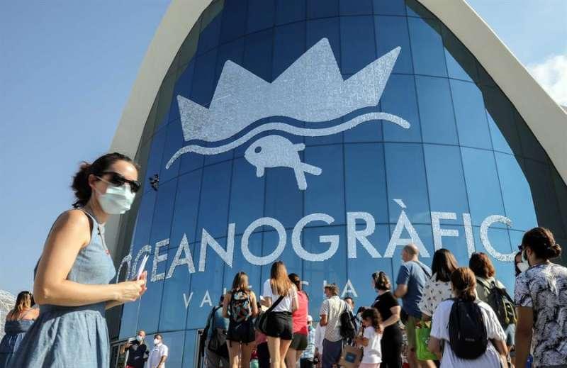 Varias personas guardan cola a la entrada del Oceanogràfic de València, que ha reabierto este miércoles al público después del periodo de cierre por la pandemia por coronavirus. EFE