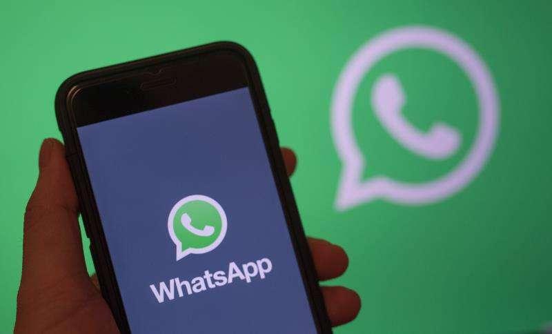 Una persona sostiene un teléfono con el logo de la aplicación WhatsApp. EFE/Archivo