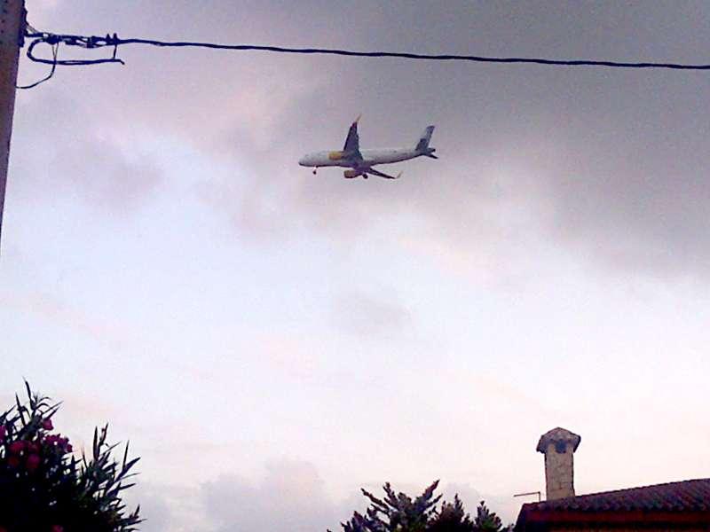 Los vecinos denuncian que los aviones pasan muy cerca de las viviendas. EPDA.