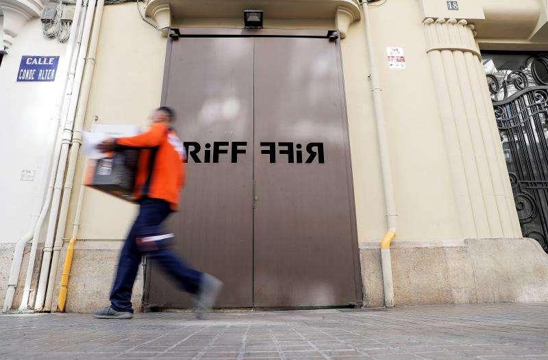Un hombre pasa ante la puerta del restaurante RiFF de València, que permanece cerrado. EFE/Archivo