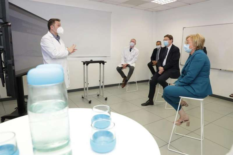 Visita del president de la Generalitat, Ximo Puig, a los laboratorios de Global Omnium. EFE