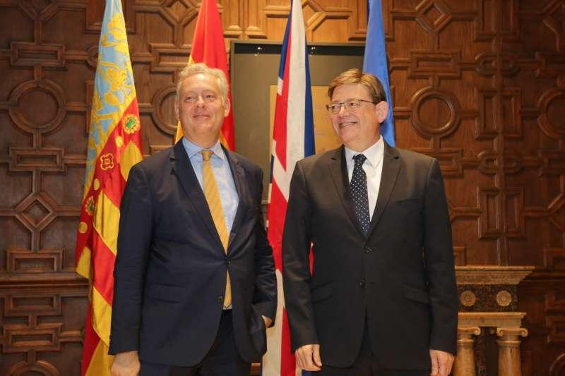 El President, Ximo Puig, y el embajador de Reino Unido en España, Simon Manley, tras la reunión mantenida en el Palau de la Generalitat. EPDA
