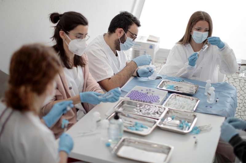 Imagen de archivo de varios sanitarios preparando vacunas contra la covid-19 en la Ciudad de las Artes y las Ciencias de València.