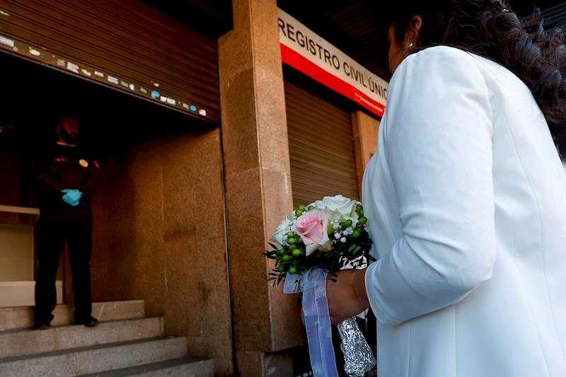 Una imagen de archivo de una boda civil celebrada durante la crisis del coronavirus. EFE