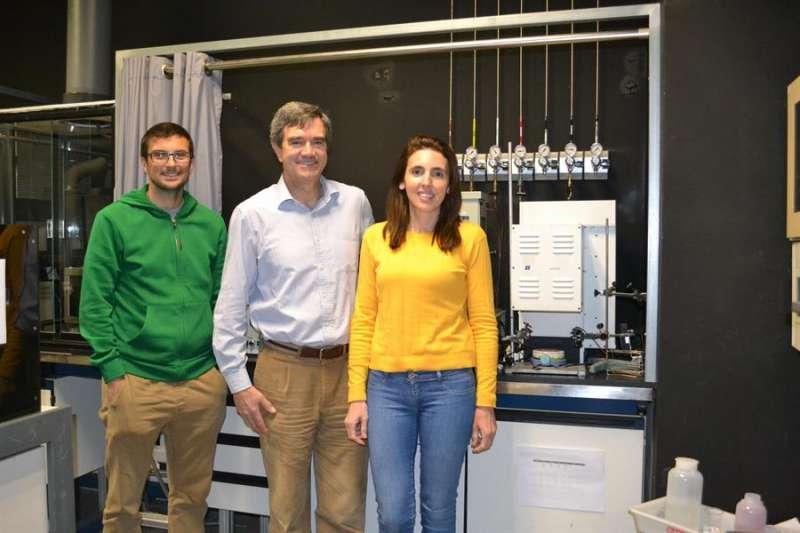 Los investigadores Josep Albero, Hermengildo García y Ana Primo. EFE/CSIC