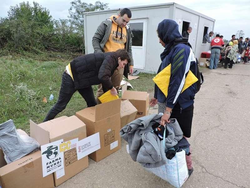 Integrantes de la ONGD Farmamundi realizando su trabajo en la frontera con Croacia