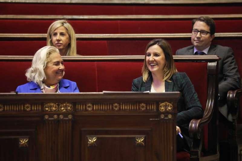 La Portavoz del grupo municipal del PPCV en el Ayuntamiento de València, Maria José Català (d), durante un pleno. EFE