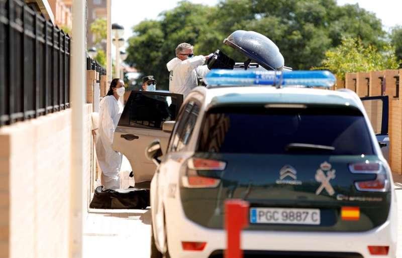 Agentes de la Guardia Civil, en el domicilio del hombre que ha apuñalado a sus dos hijos menores, un niño al que ha matado y una niña a la que ha herido gravemente, y posteriormente se ha suicidado en Cabanes. EFE/Domenech Castelló