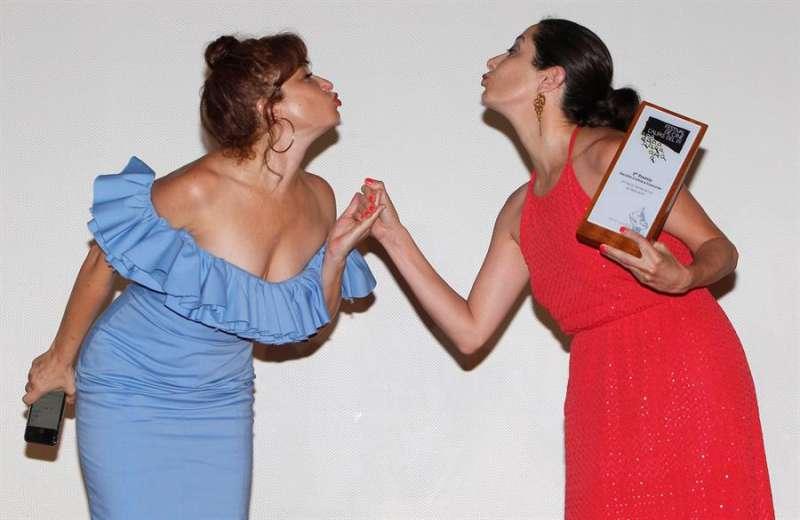 La actriz Elvira Cuadrupani (d) acompañada por la actriz Ana Villa, tras recoger el tercer premio al corto