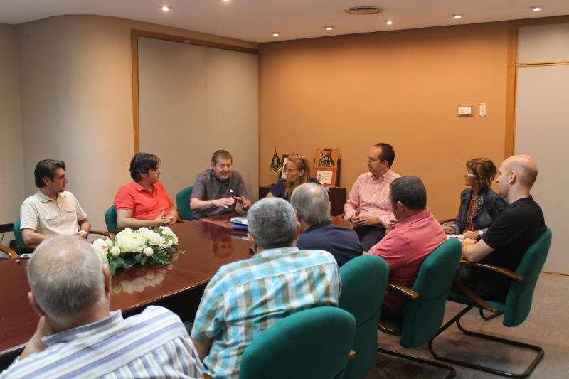 Reunión de los interesados con el alcalde de Aldaia, Guillermo Luján. //EPDA