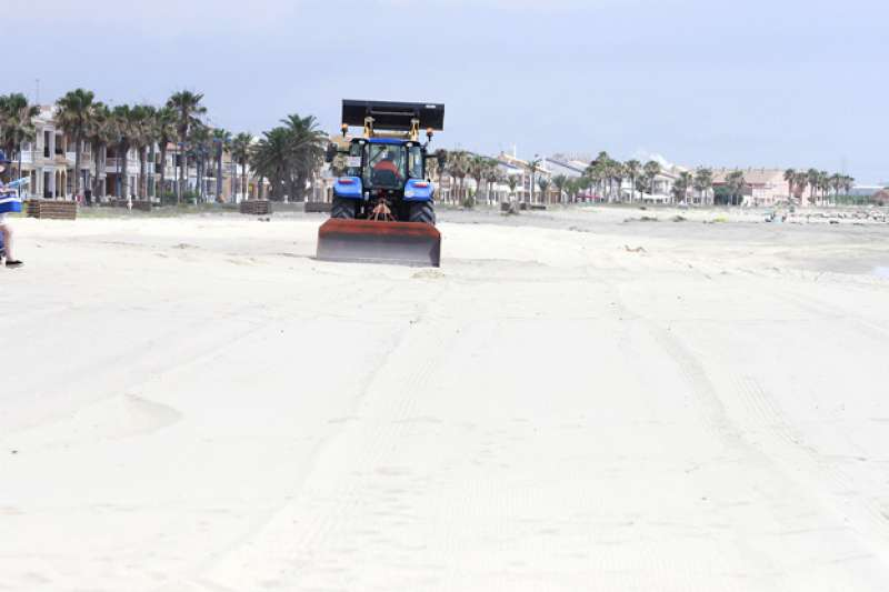 La brigada prepara la playa de Puçol. EPDA