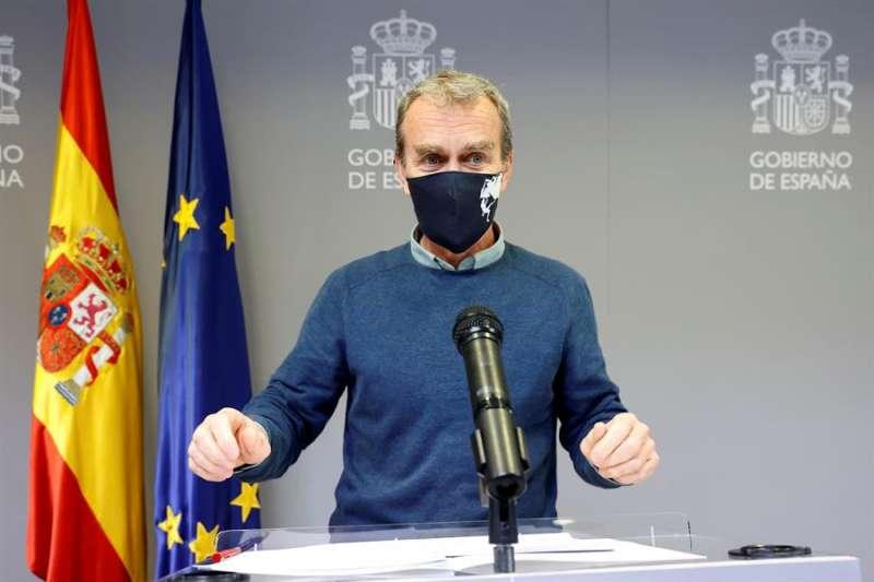 El director del Centro de Coordinación de Alertas y Emergencias Sanitarias, Fernando Simón, durante la rueda de prensa ofrecida este lunes en Madrid para ofrecer los últimos datos de la pandemia de la covid19. EFE/Zipi
