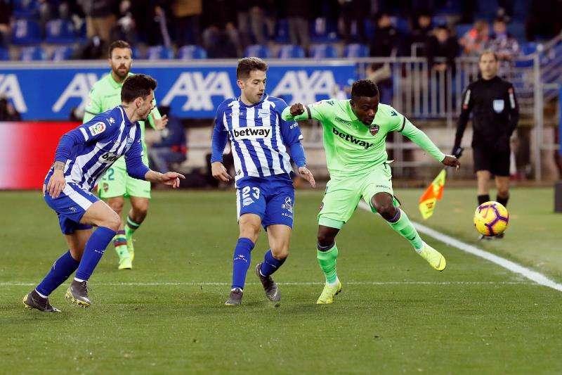 El centrocampista nigeriano del Levante Moses Simon entre rivales del Alavés. EFE