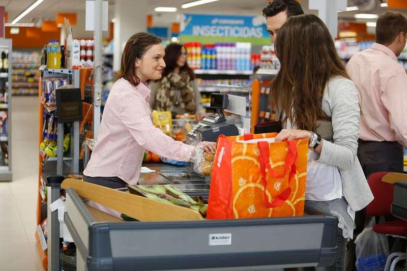 Imagen interior de un supermercado Consum.