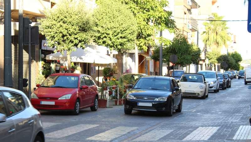 Cotxes pel carrer Poeta Llorente del municipi de la Pobla de Vallbona.