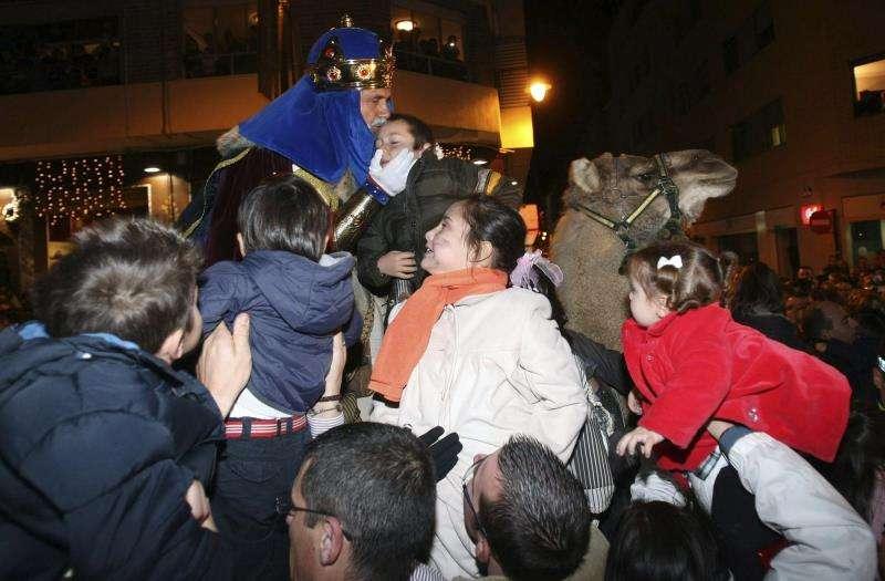 El Rey Melchor saluda a unos niños en a la cabalgata de Alcoy, la más antigua de España. EFE/Archico