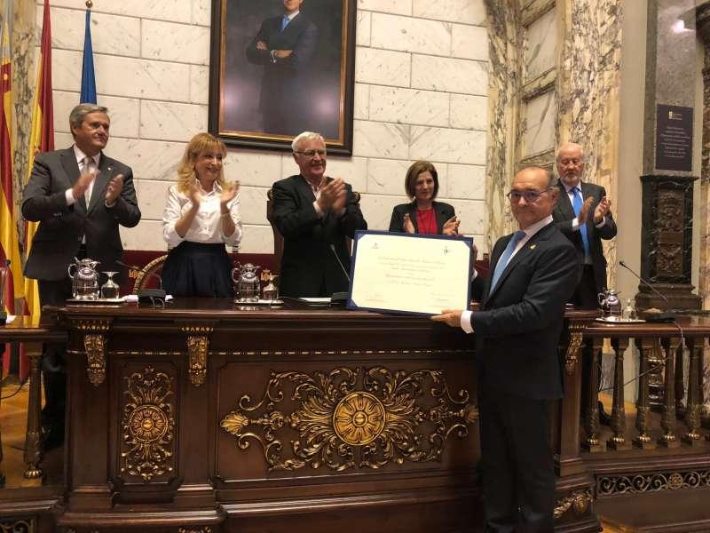 El Dr. Anastasio Montero recoge el premio de manos de las autoridades