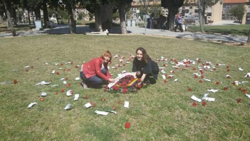 Las concejalas Pilar Soriano y Glòria Tello colocan un ramo de flores en homenaje a las víctimas del franquismo. EPDA
