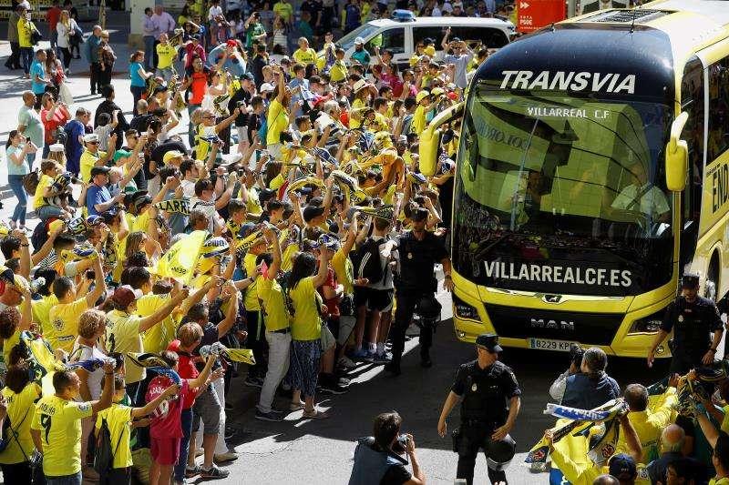 Aficionados del Villarreal animan al autobús que transporta a su equipo. EFE/Archivo