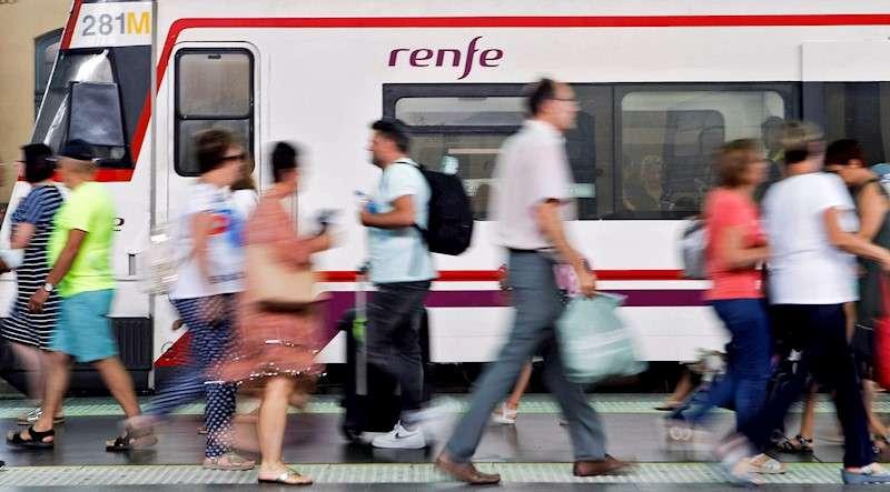 Varias personas caminan por uno de los andenes de la estación del Norte de València, con un tren de Cercanías. EFE/Ana Escobar/Archivo