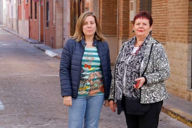 La concejala Ana Gómez y la alcaldesa Lola Sánchez, en el barrio. EPDA