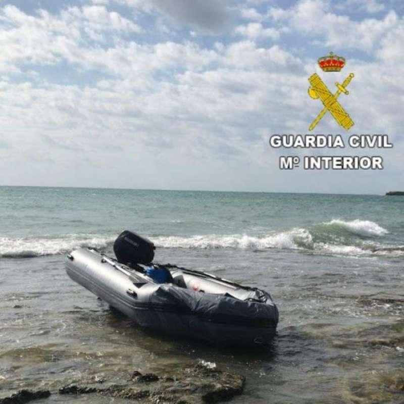 La embarcación de los inmigrantes interceptada.