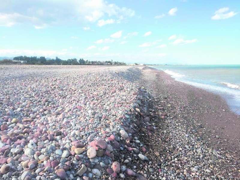 Playa nudista de Sagunt tras el paso de un temporal. CARLOS FUSTER