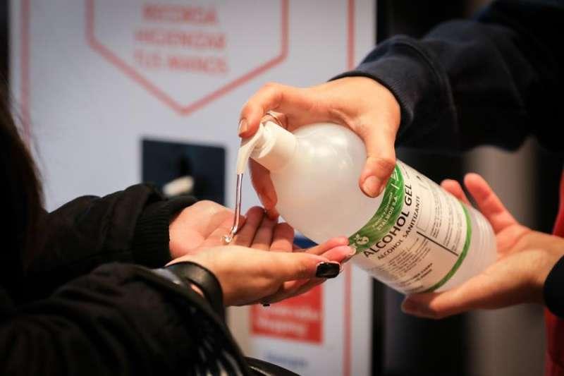 Una persona se pone gel hidroalcohólico en las manos. EFE/Archivo